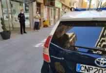 Agente de la Policía Nacional de Jaén con un comerciante en la capital.