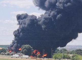 incendio en una fábrica de neumáticos de Espeluy.