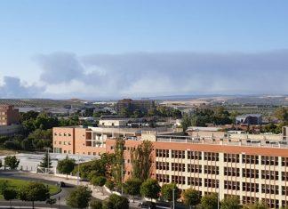 Imágenes del humo del incendio de Espeluy desde la zona de la Universidad de Jaén.