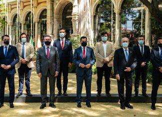 El presidente andaluz, Juanma Moreno, junto a los ocho alcaldes de las capitales de provincia este mediodía en San Telmo.