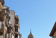 Terraza en la calle Bernabé Soriano con la Catedral de fondo. FOTO: HoraJaén
