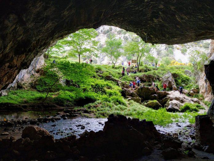 Cueva del agua en la ruta entre Huelga Utrera y Pontones. FOTO: MC.