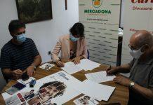 Diego Jiménez, secretario general de Cáritas Diocesana de Jaén; Laura Cruz, directora de relaciones externas de Córdoba y Jaén, y Rafael López-Sidro, director de Cáritas Diocesana de Jaén, durante la firma del convenio.