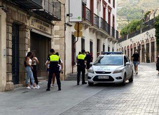 Policía Local multa a unos jóvenes en Jaén por no llevar mascarilla. FOTO: HoraJaén