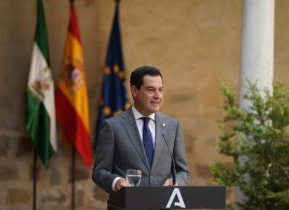 Juanma Moreno, presidente de la Junta de Andalucía en el hospital De Santiago de Úbeda.