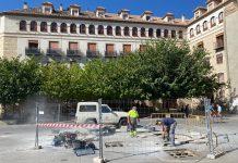 Obras en las fuentes de la plaza de Santa María. FOTO: Peragón