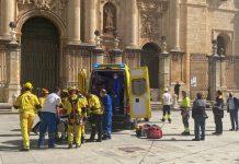 Bomberos tras rescatar al herido en las obras de la Catedral. FOTO: Peragón